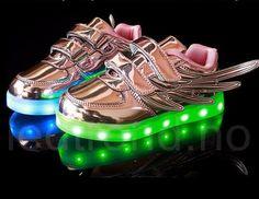 Dragonfly LED barnesko i rosa til barn-LED-skoene finner du i nettbutikken ledtrend.no. Prisene på ledskoene varer varierer fra 599-, og oppover, GRATIS frakt på alle varer. Vi har mange forskjellige LED-sko, ta en titt da vel? på: www.ledtrend.no