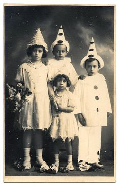 This is a wonderful set of Vintage Pierrot Clown Images! Included are a variety of black and white and color pictures, as well as children and adults. Retro Halloween, Halloween Mignon, Little Girl Halloween Costumes, Costumes For Teenage Girl, Halloween Fotos, Halloween Makeup Clown, Best Group Halloween Costumes, Vintage Halloween Photos, Halloween Games For Kids