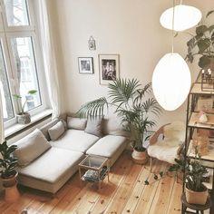 Wohnzimmer-Einrichtung mit gemütlichem Holzbodenparkett, großer Couch, Zimmerpflanzen und großen Fenstern. #Altbau #Wohnung #livingroom #wohnen
