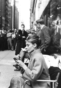 Audrey Hepburn on the set of Breakfast at Tiffany's.   🌹