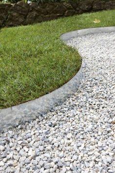 Du gravier blanc pour délimiter les bordures du jardin