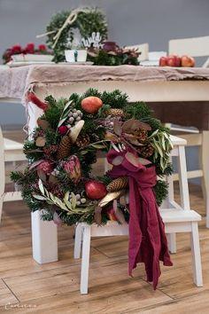 Weihnachtskränze, Adventskränze, Weihnachten, Kränze, Dekoideen, Winter, DIY, Weihnachtsmenü, Glühwein, Spekulatiusgugelhupf, Herbst- und Wintergemüse-Auflauf, Käsesouffle, Filetköpfe, Selleriegemüse, hausgemachtes Pesto, One Pot Apfel Most Hendl, Adventfeier, Weihnachtsfeier, advent wreath, christmas wreath, wreaths, christmas, decor, decoration ideas, christmas menu, mulled wine, speculoos bundt cake, winter vegetables, cheese souffle, filet heads, one pot apple cider chicken, christmas… Christmas Wreaths, Winter Diy, Table Decorations, Holiday Decor, Furniture, Home Decor, Advent Season, Christmas Time, Holiday Decorating