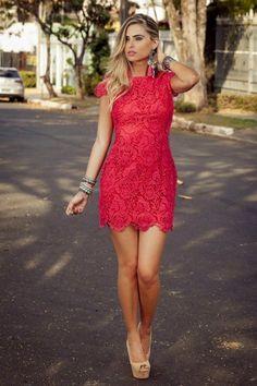 Vestido vermelho com guipir preto