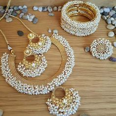 Your wedding jewelry is jewelry that you will wear on your wedding day. You might have gotten an idea of what you wanted when you chose your engagement jewelry Indian Jewelry Earrings, Indian Jewelry Sets, Jewelry Design Earrings, Indian Wedding Jewelry, India Jewelry, Tika Jewelry, Jewelry Accessories, Pakistani Jewelry, Ethnic Jewelry