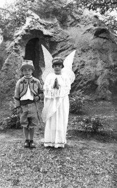 Uit de collectie van het Katholiek Documentatie Centrum. Een jongetje verkleed als zouaaf met een meisje dat verkleed is als engel