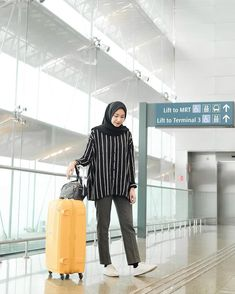 Modern Hijab Fashion, Street Hijab Fashion, Hijab Fashion Inspiration, Casual Hijab Outfit, Hijab Chic, Ootd Hijab, Celebrity Fashion Outfits, Celebrities Fashion, Celebrity Style