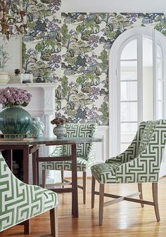 Thibaut Dynasty Collection Scenic Chinoiserie wallpaper and Chinoiserie trellis fabric are elegant modern choices in this dining room. Scenic Wallpaper, Bold Wallpaper, Chinoiserie Wallpaper, Chinoiserie Chic, Dining Room Wallpaper, Interior Design Inspiration, Decoration, Living Spaces, House Design