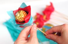 Ferrero chocolate bouquet for Valentine's Day {Tutorial} - Fun & Easy Crafts - Snack Lollipop Bouquet, Candy Bouquet Diy, Flower Bouquet Diy, Bouquet Wrap, Ferrero Chocolate, Chocolate Gifts, Handmade Valentine Gifts, Valentines Diy, Ferrero Bouquet