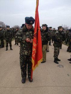 4.3.14 Украинцы безоружны, принесли знамя полка и украинский флаг, русские их не пустили - стреляли в воздух.Фото:@Yaroslav Varlamov pic.twitter.com/ex1bjNruM9
