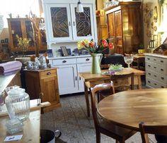 Einen bunten und gut gelaunten Feierabend wünschen wir allen!  #bunterfeierabend #möbel #furniture #schönerwohnen #antiqueshop #wohnartistin #blog #rundertisch #nussbaum #weißerküchenschrank #jugendstil