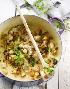 Kalfsblanquette met verse zilveruitjes van Peter Goossens Veal blanquette with fresh silver onions from Peter Goossens Dutch Recipes, Meat Recipes, Cooking Recipes, Healthy Recipes, Veal Stew, Belgian Food, Good Food, Yummy Food, Comfort Food