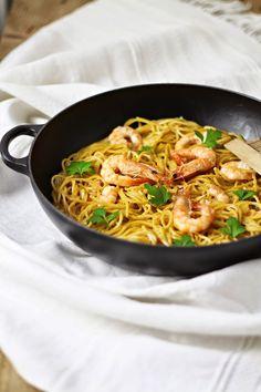 Esparguete com caril e camarão salteado