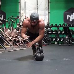 Try this single kettlebell full body crusher! Get my online Primal Kettlebell Course to learn my go to kettlebell exercises, flows, workouts and much more at EricLeija.com! Available for 50% off! . -40 seconds on -20 seconds rest -6 rounds . #kettlebells #fitnesstraining #homeworkouts . ⚡️EricLeija.com⚡️