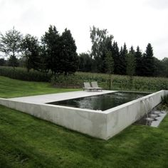 Retained wall pool im garten am hang Hillside pool cement exposed above partial ground pool Modern Landscape Design, Modern Landscaping, Pool Landscaping, Modern Pergola, Diy Pergola, Modern Design, Clean Design, Outdoor Pool, Outdoor Gardens