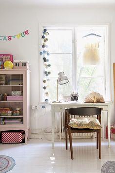 Patchwork de papel de parede no quarto da menina = muuuito amor! A luminária próxima à janela e a guirlandinha também são de encher os olhos.