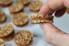 Sesame cookies-needs translation Mini Desserts, Mini Dessert Shots, Desserts With Biscuits, Halva Recipe, Florentines Recipe, Moroccan Desserts, Cookie Recipes, Dessert Recipes, Little Presents