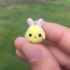 The glasses aren't real but I think they make this little chick irresistible 🐥 Créations en Argile 🌻 Sam 🌻 ( Fimo Kawaii, Polymer Clay Kawaii, Polymer Clay Charms, Polymer Clay Projects, Diy Clay, Clay Crafts, Polymer Clay Disney, Polymer Clay Kunst, Polymer Clay Figures