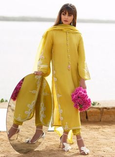 Simple Pakistani Dresses, Pakistani Fashion Casual, Pakistani Dress Design, Muslim Fashion, Stylish Dresses For Girls, Stylish Dress Designs, Designs For Dresses, Dress Indian Style, Indian Dresses