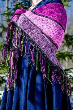 Broget sjal. Stort sjal i forskellige mønsterborter adskilt fra hinanden. Man kan lege med farvesammensætningerne her. Strikket i forskellige uldkvaliteter på pinde 3½.