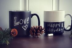 peći 30 sata na 150 C-These one-of-a-kind DIY chalkboard mugs make perfect holiday gifts and are a breeze to make!