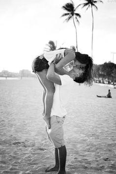 A gente precisa viver o momento, se aventurar, amar, pular e talvez até enlouquecer de tanta alegria. É demonstrar o sentimento sem sentir vergonha. Afinal, amar é para poucos :)