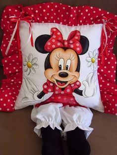 cojin minnie Happy Birthday Sis, Mickey E Minie, Sewing Crafts, Sewing Projects, Minnie Mouse Toys, Book Pillow, Plastic Bag Holders, Diy Cushion, Perfect Pillow