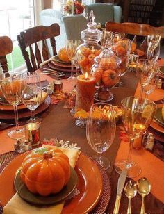 Easy Thanksgiving table settings with pine cones and branches - would also make a great Fall table centerpiece Fall Table Settings, Thanksgiving Table Settings, Thanksgiving Centerpieces, Thanksgiving Parties, Holiday Tables, Christmas Tables, Canadian Thanksgiving, Thanksgiving Ideas, Place Settings