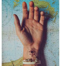 Tatouage marin ancre boussole homme