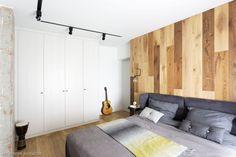 """Biała szafa w sypialni niemal """"znika"""" optycznie - a zapewnia mnóstwo miejsca na przechowywanie"""