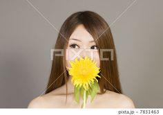 花と若い女性