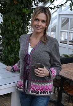 Design made in cooperation between Mia Falk, Knitbag and Tant Thea. First published in the Swedish weekly magazine Allers. Loom Knitting Patterns, Knitting Stitches, Free Knitting, Knitting Socks, Knitting Tutorials, Stitch Patterns, Crochet Cardigan, Knit Crochet, Cable Cardigan