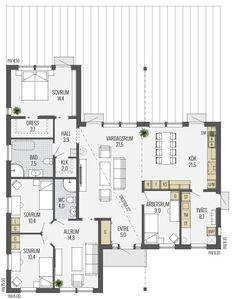 """Trend tar fasta på sin """"funkisanda"""" och har en spännande och genomtänkt planlösning. Invändigt är Trend ljust och välkomnande med generösa fönster från golv till tak som sprider ljus i stora delar av huset. Vardagsrummet är centralt placerat och har gott om plats för gemenskap och avkoppling. Härifrån kan du kliva rakt ut till en …"""