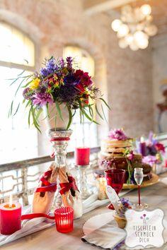 Mein Herz tanzt … Eine Hippie-Bohemian-Hochzeit mit einem fröhlich-bunten Farbkonzept zum Thema Tanzen --- Floristik, Papeterie, Dekoration, Konzept: www.tischleinschmueckdich.de Fotografie: www.timjudi.de  Location: http://lab15.de/  Patisserie: www.restaurantzeitlos-dresden.de/torten.html