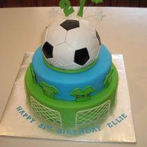 Dica para as mamães para festa infantil: bolo de aniversário no tema futebol. Dica para festa Copa do Mundo. Mais fotos em: http://mamaepratica.com.br/2014/06/06/mamae-em-festa-copa-do-mundo/