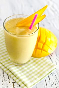 Mango Smoothie Surprise ★ Are you looking for weight loss smoothie recipes? Besides being effective for burning fat, such smoothies are very delicious! Smoothies Healthy Weightloss, Weight Loss Smoothie Recipes, Healthy Drinks, Healthy Food, Healthy Recipes, Mango Smoothies, Good Smoothies, Fat Burning Smoothies, Fat Burning Detox Drinks