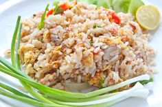 Stegte ris (khao phat) - Lav thai mad – En favorit blandt de sarte maver og børnene på besøg i Thailand. Eller bare en nødvendig pause fra det stærke mad. Jeg har endnu ikke nødt nogen der ikke har elsket stegte ris. Det er nemt, hurtigt og simpelt at lave og det smager fantastisk. Spejlægget på toppen er ikke noget man normalt får i Thailand. Men der smager... #æg #chili #fiiskesovs