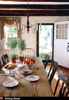 NEW ENGLAND FARMHOUSE DINING.