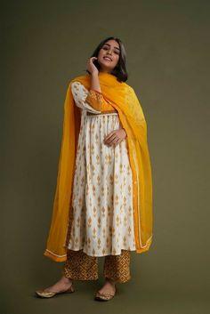 Ethnic Outfits, Indian Outfits, Fashion Outfits, Indian Clothes, Simple Kurta Designs, Kurta Designs Women, Pakistani Bridal Wear, Pakistani Outfits, Bridal Sarees