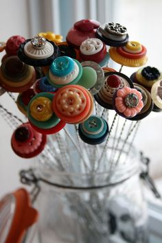 button bouquet- more buttons in Jewelry, and Cottage Decorating. Crafts To Make, Fun Crafts, Crafts For Kids, Arts And Crafts, Summer Crafts, Button Bouquet, Button Flowers, Diy Buttons, Vintage Buttons