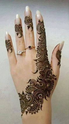 Back of hand henna simple design