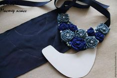 bib necklaces Ideas, Craft Ideas on bib necklaces Fabric Jewelry, Beaded Jewelry, Recycle Jeans, Bib Necklaces, Craft Tutorials, Craft Ideas, Diy Ideas, Textiles, Fabric Flowers