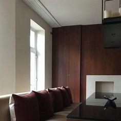 "Chakib Richani Architects on Instagram: ""London flat designed by #chakibrichaniarchitects #chakibrichani #richani #interior #interiordesign #sleek #modern #london #uk #lebanon…"" Bedroom Red, Flat Design, Lebanon, Architects, Kitchen Cabinets, London, Interior Design, Modern, Instagram"