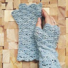 Crochet Fingerless GlovesThis crochet pattern / tutorial is available for free... Full Post:Fingerless Gloves