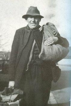 """Fonske den Bels Fonske was een landloper die in plaatsen Aarle-Rixtel, Lieshout, Beek en Donk, maar vooral in Mariahout goed gezien was. Hij had altijd een zak op de rug en een koffertje in de hand met """"handel"""". Klein huishoudelijk spul zoals zeep, kammen, wasknijpers, maar ook brillen. Als de boer of boerin niet goed meer zag dan was het wachten op Fonske om de oude bril in te ruilen voor een andere, met een kleine bijbetaling natuurlijk."""