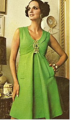 Green Cocktail Dress By Donald Brooks Vogue spring Empire line in green linen 60s And 70s Fashion, Seventies Fashion, Retro Fashion, Vintage Fashion, Club Fashion, Moda Retro, Moda Vintage, Vintage Dresses, Vintage Outfits
