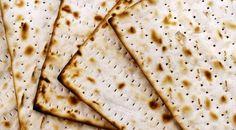 """Hoje nos reuniremos com nossas famílias na noite do Seder. Vestiremos nossas melhores roupas e decoraremos com esmero nossas mesas. Tomaremos quatro copos de vinho com o corpo confortavelmente reclinado e comeremos matsá, também chamado de """"lechem oni"""", ou o """"pão da pobreza"""". Assim a Torá a descreve: """"Por sete dias você deve consumir matsá,…"""