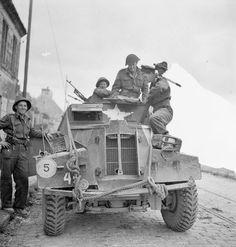 Lieutenant George Cooper, Film Armée canadienne et de l'unité photo, parler avec lecapitaine RT Miller, son beau-frère, qui est àbord d'une voiture légère de reconnaissance Humber, Caen, France, le11 Juillet 1944