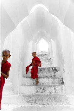 Jonge monniken in Mingun Pagoda, Mandalay. Kijk voor meer reisinspiratie op www.nativetravel.nl
