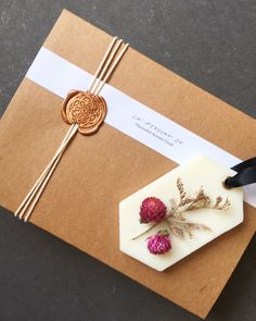 Mama Geburtstag Minimal packaging to match a rustic floral wax sachet. Wrapping Ideas, Creative Gift Wrapping, Creative Gifts, Wrapping Papers, Wrapping Gifts, Kraft Box Packaging, Pretty Packaging, Gift Packaging, Wax Tablet