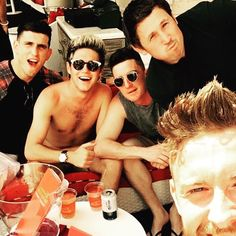 Niall the other day with friends in Vegas